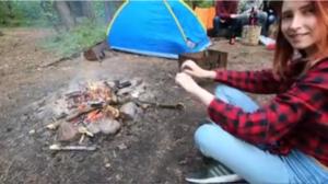 Comendo a ruiva no acampamento