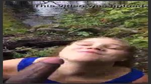 Loirinha patricinha mamando a rola do negão no parque