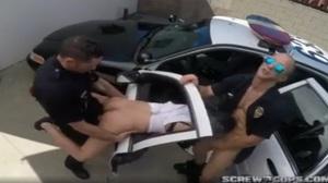 Policiais abusando da universitária durante enquadro