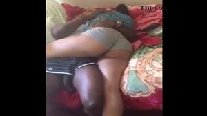 Africano dotado esfregando na noiva do chefe