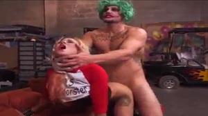 Coringa e alerquina fazendo sexo anal no esconderijo