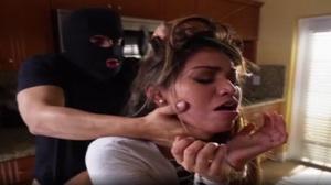 Novinha violentada pelo assaltante tarado