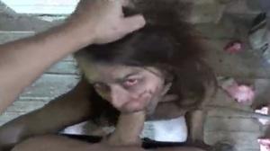 Policial fodendo drogada canibal no cativeiro