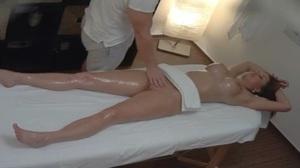 Gostosa siliconada tendo orgasmo durante massagem