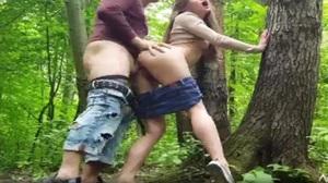 Novinha dando cu de lado na trilha da floresta