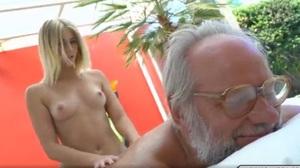 Loira tarada massageando o pau do avô