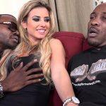 Loira dando para negros dotados num pornô gostoso