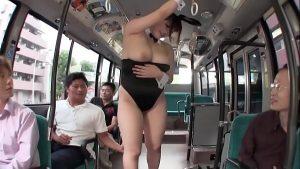 Homens gozando nos peitos da japonesa gostosa no ônibus