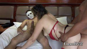 Esposa num ménage fazendo sexo com dois amantes