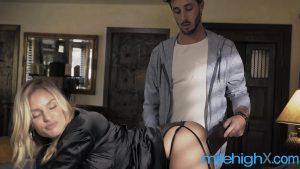 Loira com silicone fazendo sexo muito gostoso