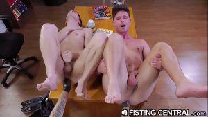 Fisting anal gay com novinhos da faculdade