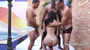 Homens fudendo travesti brasileira numa suruba