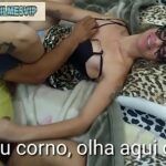 A MULHER E FUDIDO AO LADO DO MARIDO CORNO   Xvideos Porno   x Videos de Sexo grátis   Porn Xvideo