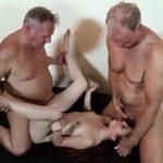Com dois homens